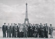TOUR EIFFEL c. 1960 - Photo de Groupe devant La Dame de Fer Paris - Div 5695