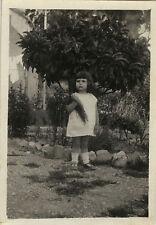 PHOTO ANCIENNE - VINTAGE SNAPSHOT - ENFANT MODE BOUQUET FLEURS ARBRE - FASHION