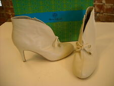 Hot in Hollywood Winter White Ankle Boots 7 W SALE