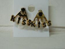 Orecchini donna con scritta KISS in nero e brillantino dorati OMA151