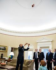 PRESIDENT BARACK OBAMA THROWS BASKETBALL IN THE OVAL OFFICE  8X10 PHOTO (ZY-557)