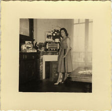 PHOTO ANCIENNE - VINTAGE SNAPSHOT - FEMME MODE RADIO TSF INTÉRIEUR - FASHION