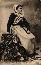 CPA  Costumes Bretons - Jeune fille de Roscoff et de Saint-Pol-de-Léon  (206710)