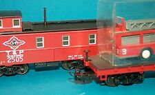 M&B Marklin HO 4580 Texas & Pacific MHI caboose and flatcar fire truck set