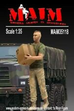 1/35 Scale Modern soldier carries a box # 3 - resin model kit