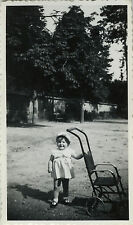 PHOTO ANCIENNE - VINTAGE SNAPSHOT - ENFANT CHAISE POUSSETTE MODE DRÔLE - CHILD