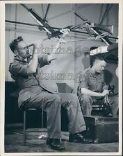 1962 Press Photo Canadian Armed Forces Servicemen Clean Gun Polish Shoes