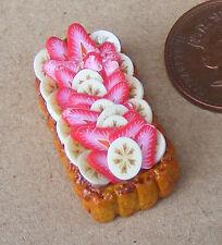 1.12 oblongue gâteau avec banane & fraises sur le haut poupées maison miniature LA3