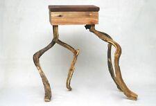 Kleiner tanzender Hocker aus Fundstücken Upcycling Altholz Wildholz Robinie