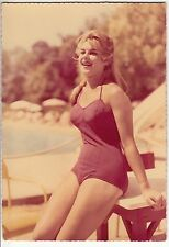 CARTE POSTALE PIN UP FEMME PHOTO AU BORD DE LA PISCINE