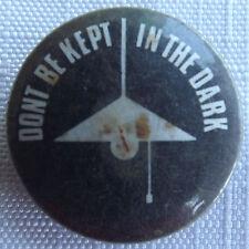 DON`T BE KEPT IN THE DARK Old/Vtg 70`s/80`s 25mm Badge Funny Joke Adult ID101