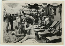PHOTO ANCIENNE - VINTAGE SNAPSHOT - PLAGE HOMME GAY REPOS DRÔLE - SLIP MAN FUNNY