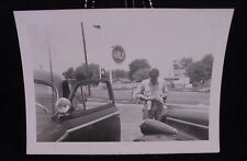 VINTAGE 1946 PICTURE OF MAN  CARS  GULF SERVICE STATION PHOTO PHOPTGRAPH