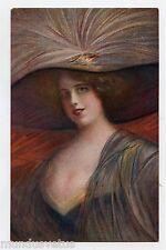 MODE FASHION. Jolie femme en Grande Toilette . Chapeau à Plumes . Hat
