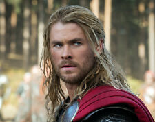 Chris Hemsworth UNSIGNED photo - B182 - Thor, The Avengers and Star Trek
