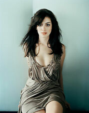 Anne Hathaway Unsigned 8x10 Photo (27)