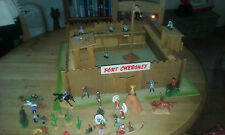 VINTAGE (1970) WOODEN FORT CHEROKEE COMPLETE  WITH COWBOYS AND INDIANS ETC