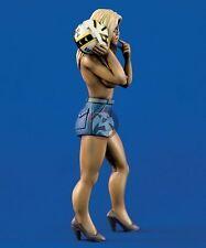 "Verlinden 120mm (1/16) ""Top Gun"" Topless Girl holding a Flight Helmet 1009"