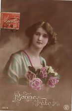 CPA - photo - Portrait au Bouquet de roses - Bonne fête.