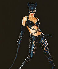Halle Berry UNSIGNED photo - F270 - Catwoman