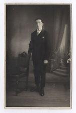 CARTE PHOTO Décor Toile peinte Postcard RPPC 1920 Homme Costume Chaise Chapeau