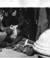 PHOTO ORIGINALE-NEW YORK-ÉTATS UNIS-POLICIERS-SCÈNE DE RUE-UN BLESSÉ-1946