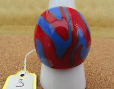 A RED & BLUE ABSTRACT MURANO STYLE GLASS RING. UK-Q. US--8.25   (3)