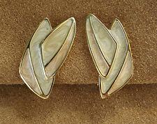 Boucles d'oreilles signées Monet Métal doré. Email nacré pastel. Vintage