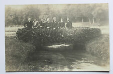 Rare carte postale photo groupe d'hommes sur petit pont As de Trèfle édit.