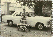 PHOTO ANCIENNE - VINTAGE SNAPSHOT - VOITURE FEMME FLEURS BOUQUET DRÔLE - CAR
