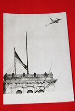 AVIATION AVION RUSSE MIG 19 AU DESSUS BERLIN OUEST PHOTO DE PRESSE  1965  MD252
