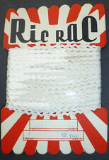 Sorprendente VINTAGE Shop Display Card di 2mm BIANCO RIC RAC -12 YDS