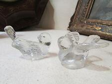 2 anciens bougeoirs en verre moulé en forme d' oiseaux