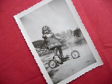 PHOTOGRAPHIE ANCIENNE ,enfant , fillette sur tricycle , vélo , photo années 40