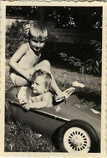 PHOTO ANCIENNE - VINTAGE SNAPSHOT - VOITURE À PÉDALES ENFANT FERRARI - TOY CAR