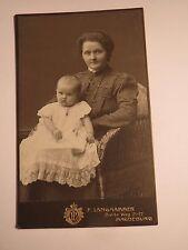 Magdeburg - in einem Korbsessel sitzende Frau mit Baby auf dem Schoß / CDV