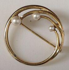 broche vintage couleur or finement travaillé ronde 3 perles blanches /103
