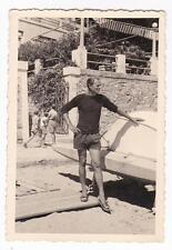 FOTO DI RAGAZZO IN SPIAGGIA AD ALASSIO DAVANTI AD HOTEL 1950 23-76