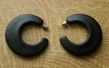 Schwarze Ohrringe in Sichelform. Sichelförmig. Butterfly.