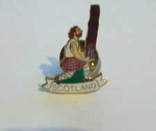 SCOTLAND BADGE  TOSSING THE CABER