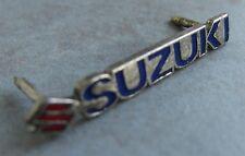 SUZUKI - Pin / Pins: Schriftzug mit Logo - dezent -  Kult!