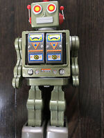 VINTAGE BATTERY OPERATED JAPAN TIN ROBOT.  ATTACKING ROBOT SPACE ATTACK