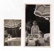 2 PHOTOS ANCIENNES Snapshot Enfant Fille Poupée Poupon Jouet Jeu Landau 1958