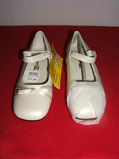 +++++++++++++++++Smart Fit Size 11 Ivory Skid Resistant Girl's Dress Shoes (NEW)