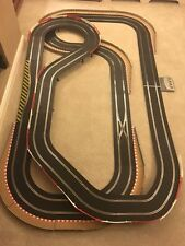 Scalextric digital grande mise en page avec/long survol/chicanes & 2 voitures