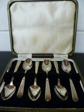A VINTAGE CANTEEN OF SIX,ORNATE, SILVER PLATED TEA SPOONS. TEA SPOON CANTEEN.