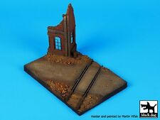 Black Dog 1/72 Ruined House with Railway Crossing Base (150mm x 100mm) D72018