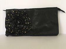 Elegante donna nero clutch bag con un fiore Ruffle BORCHIE ORO