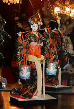 Poupée japonaise avec seaux - Japanese Geisha doll on wooden Stand with Buckets