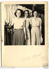 Jeunes femmes blanchisserie magasin vêtements - photo ancienne snapshot an.1950
